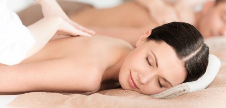 Donna che viene massaggiata
