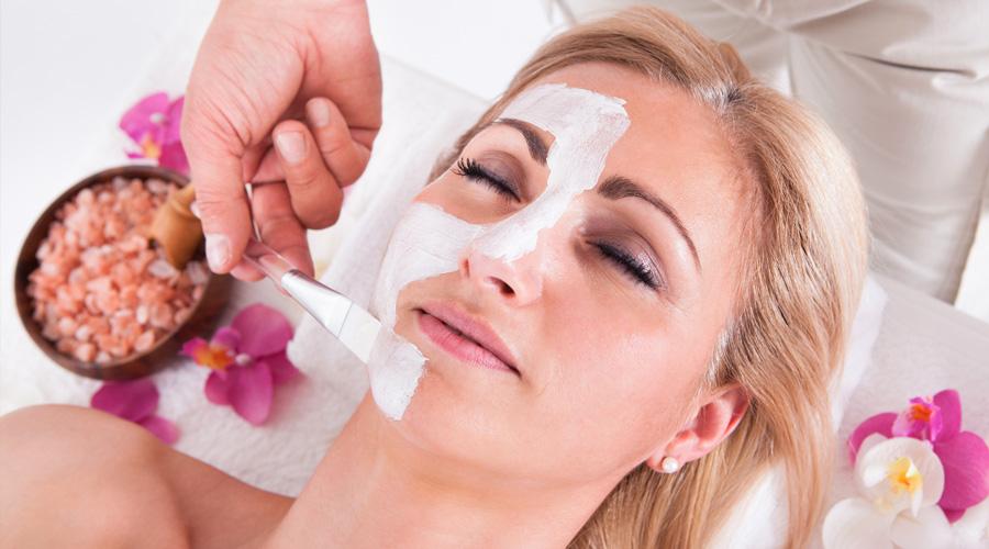 operatore esegue trattamenti al viso con pennello